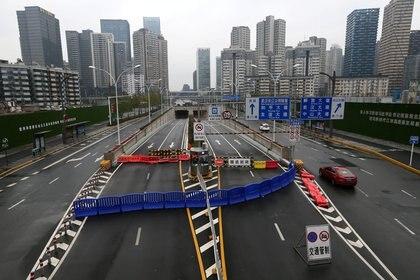 El túnel del río Yangtsé de Wuhan está bloqueado con una barrera tras un brote del nuevo coronavirus y el cierre de la ciudad (China Daily via REUTERS)