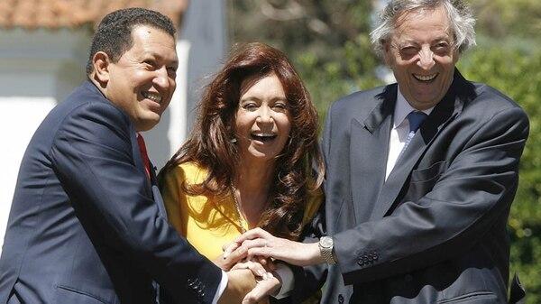 Hugo Chávez junto a Cristina y Néstor Kirchner (AFP)