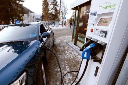 Un auto eléctrico recarga su batería en una estación en Suiza. Foto: REUTERS/Arnd Wiegmann