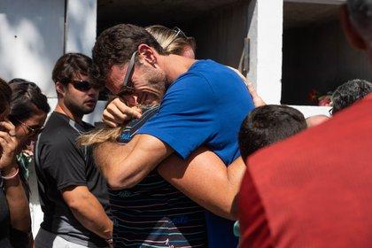 Germán Chiaraviglio busca consuelo en los brazos de Jennifer Dahlgren. Foto: Franco Fafasuli