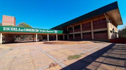 """En el colegio, estudian más de 1.400 alumnos. Pero todos están pendientes de """"Don Gonza"""", el jubilado que pasó a cuarto año de la secundaria"""