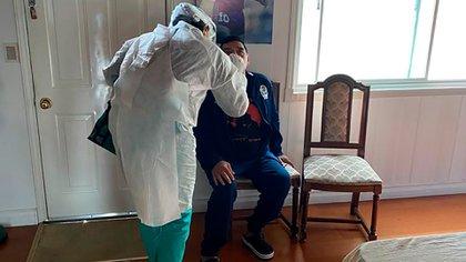 Una imagen que probablemente se repita en las próximas horas: Maradona siendo sometido a un hisopado