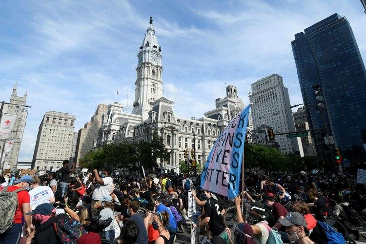 Imagen de la marcha de este sábado en Pensilvania en homenaje a George Floyd (Foto: REUTERS/Bastiaan Slabbers)