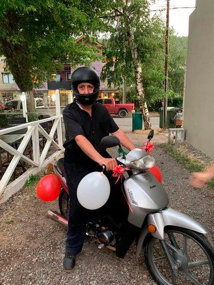 Con la moto, ahora Walter se ahorra de caminar los 28 km que separan su casa del trabajo