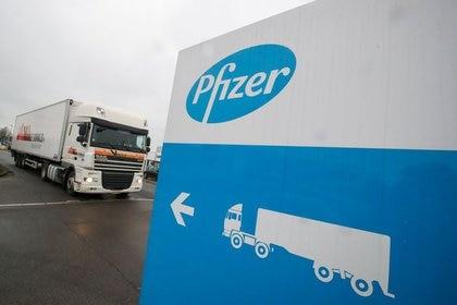 Foto del jueves ilustrativa de un camión refrigerado de Pfizer en la planta de la empresa en Puurs, Belgica.  Dic 3, 2020. REUTERS/Yves Herman