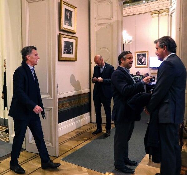 Macri ingresando en la reunión de Gabinete. Se ve a Dietricht, Rubinstein y Etchevehere