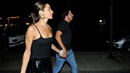Juana Viale y Agustín Goldenhorn a la salida de un bar porteño (Dario Batallán/Teleshow)