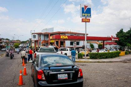 Carros y motos hacen fila para cargar combustible en una estación de gasolina en San Cristóbal (Venezuela). Venezuela registra largas colas e incidentes en las gasolineras, en las que ha vuelto a fallar el suministro después de tres días de un repostaje masivo con el combustible que el Gobierno compró a Irán, ante la escasez que vivió el país caribeño los últimos meses. EFE/Johnny Parra