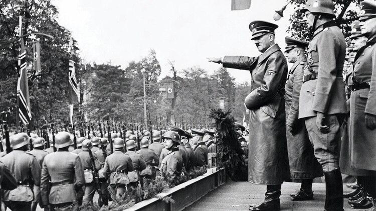 Adolf Hitler saluda a las tropas alemanas durante un desfile en Viena, Austria, su país de origen. theconversation.