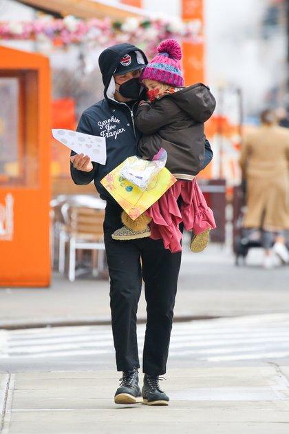 Mientras la modelo Irina Shayk se encuentra en Italia, en el marco de la semana de la moda en Milán, Bradley Cooper llevó a su hija Lea al jardín de infantes al que asiste en Nueva York