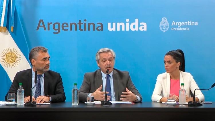 El presidente Alberto Fernández, junto a Alejandro Vanoli, y Luana Volnovich, al momento de anunciar aumentos a las jubilaciones