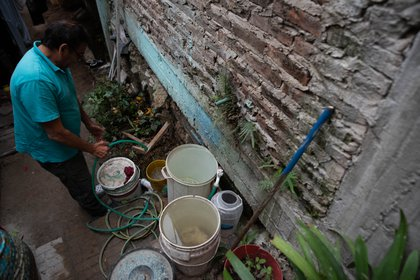 Blas Benítez se levanta a las 5 de la madrugada para cargar agua en baldes