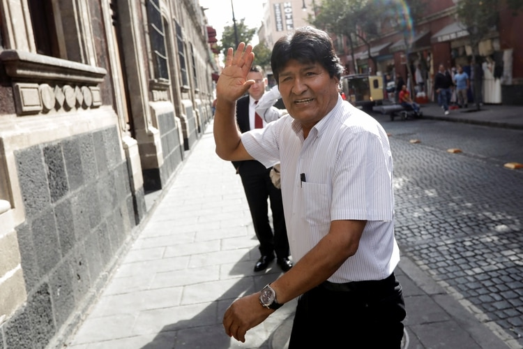 Bolivia's ousted president Evo Morales waves as he arrives to deliver a news conference in downtown Mexico City, Mexico November 13, 2019. REUTERS/Luis Cortes