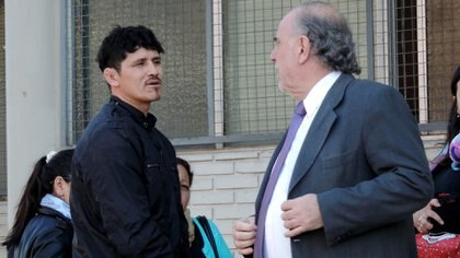 Oyarzún junto a su abogado antes de ingresar a una de las audiencias del juicio
