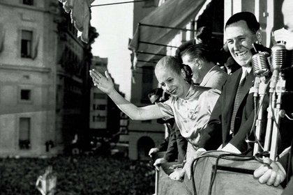 """Evita significa el """"puente"""" y el diálogo directo con los obreros y trabajadores, a quienes bautizó como sus """"descamisados"""", en sustitución del General Perón, más abocado a sus funciones presidenciales. Desarrolla un vínculo especial con las organizaciones obreras, con los sindicatos, con las masas trabajadoras y con las mujeres. Se convierte en la imagen humana del gobierno peronista haciendo gala de su empatía y carisma (AP)"""