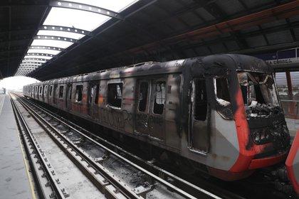 Los destrozos en el metro (AP Photo/Esteban Felix)
