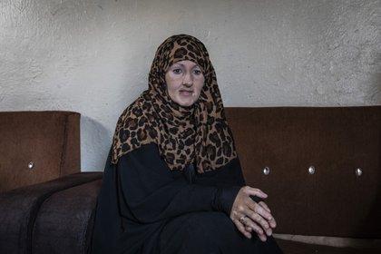 """""""No tengo palabras para expresar cuánto me arrepiento"""", dice Kimberly Gwen Polman, de 46 años, una canadiense estadounidense que se unió al EI en 2015. Es una de miles de detenidos en el campamento Al Hol en Siria. (Ivor Prickett/The New York Times)"""