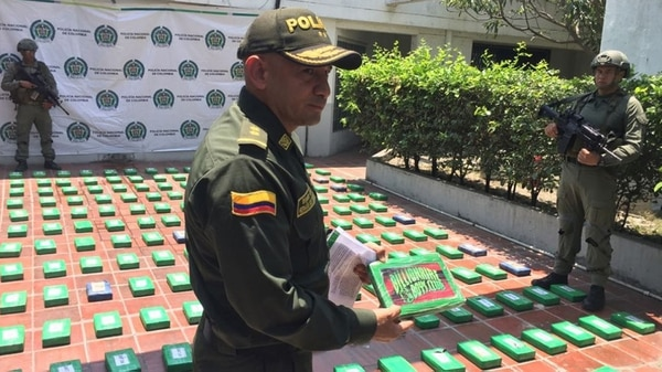 El general Herman Bustamante, director de la Regional 8 de Policia, muestra el símbolo del Cartel de Sinaloa en la droga incautada en Puerto de Barranquilla.