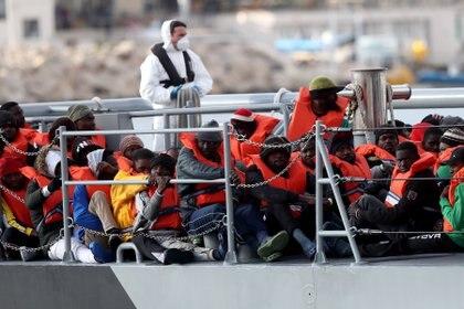 Un barco con migrantes rescatados en el mar Mediterráneo, en una foto de archivo (EFE)