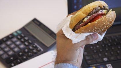 """La """"comida chatarra"""" desvía la atención a la hora de trabajar (Getty)"""