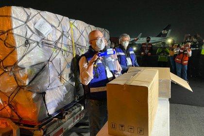 El cargamento incluye mascarillas, goggles y escudos protectores del rostro (Foto: Twitter@m_ebrard)