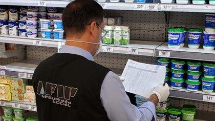Inspectores de la AFIP salen todos los días a recorrer grandes, medianos y pequeños comercios para corroborar que los precios de 2.300 productos se hayan retrotraído a los valores del 6 de marzo