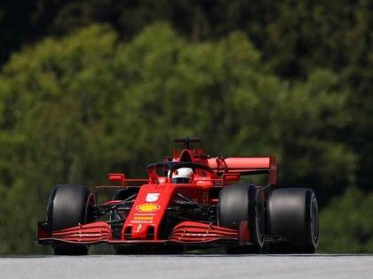 El piloto de la Ferrari Sebastian Vettel durante las prácticas de la Fórmula 1 para el Gran Premio de Estiria en el circuito Red Bull Ring de Austria.    Mark Thompson/Pool vía REUTERS