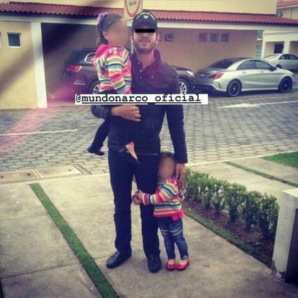 Se desconoce si las menores que aparecen en la foto son las hijas de Emma Coronel con el Chapo (Foto: Instagram@mundonarco_oficial)