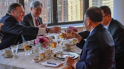 Mike Pompeo brinda con el vicepresidente norcoreano en Nueva York.