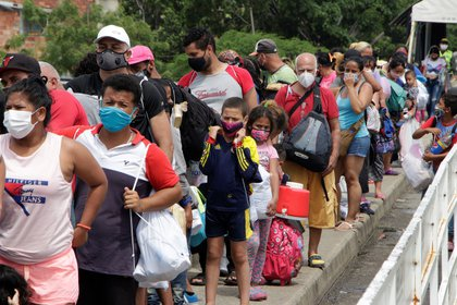 El 51 % de los migrantes que hay en Colombia son hombres y el otro 49 % mujeres, mientras que por edad, el 24 % de los que han llegado al pa�s son ni�os, ni�as y adolescentes, y el 58 % j�venes entre los 18 y 39 a�os. EFE/Mario Caicedo/Archivo