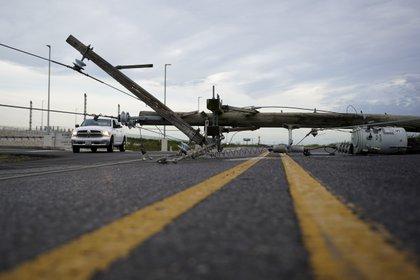 Poste de servicio derribado en Sabine Pass Highway (AP)
