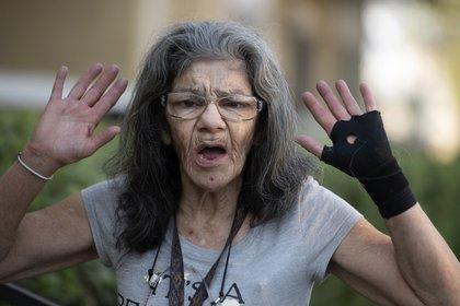 """""""Soy la maestra del asesinato"""", dice Lorenza Marrujo, de 67 años, cuando se le pregunta sobre sus habilidades en artes marciales en su apartamento en Fontana, California, el miércoles 30 de septiembre de 2020. Marrujo, tiene cinturón negro en jujitsu, dijo que estaba en su departamento del tercer piso el lunes cuando escuchó gritos y encontró a otro vecino atacando a su amiga de 87 años, Elizabeth McCray. Marrujo vino a rescatarla. (Cindy Yamanaka / The Orange County Register / SCNG vía AP)"""