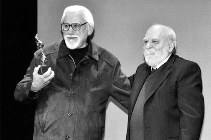 Héctor Olivera recibe el Gran Premio de Honor de Argentores de su presidente Roberto Cossa