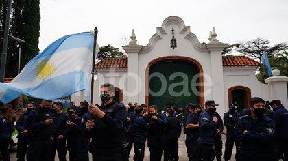Los policías frente a la quinta de Olivos (Franco Fafasuli)