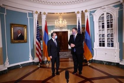 El ministro de Relaciones Exteriores de Armenia, Zohrab Mnatsakanyan, y Mike Pompeo, en el Ministerio de Relaciones Exteriores de Washington el 23 de octubre de 2020. REUTERS / Hannah McKay / Pool