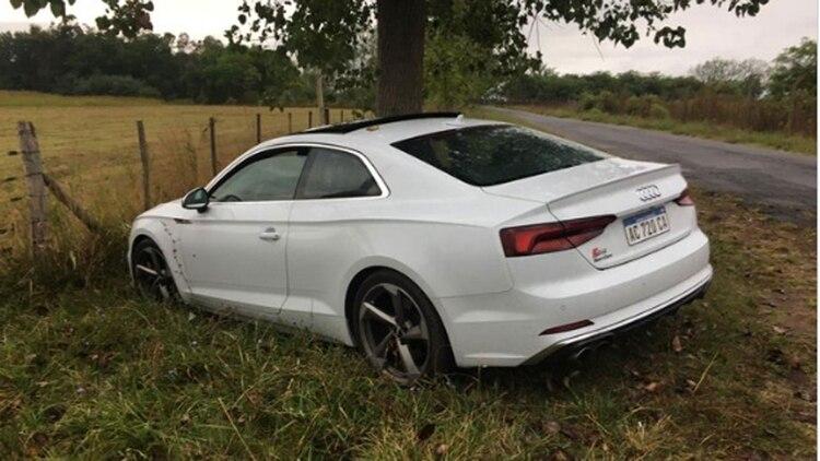 El Audi blanco de las víctimas donde la policía encontró los más de 700 mil allí escondidos (@Hechosanderecho)