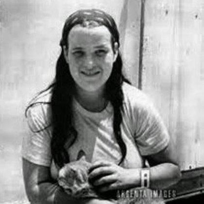 Christine de joven. Le gustaba ahorcar gatitos y hacerlos caer desde las alturas para ver si tenían tantas vidas como decían