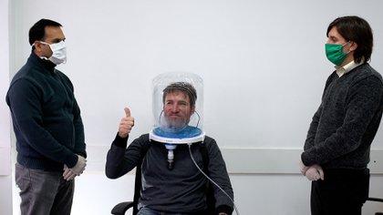 El casco mejora la oxigenación del paciente y evita potenciales contagios al personal médico y sanitario. Reduce más del 30% la necesidad de entubamiento de los pacientes con COVID-19, y así permite poder usar los respiradores sólo en casos de mayor gravedad