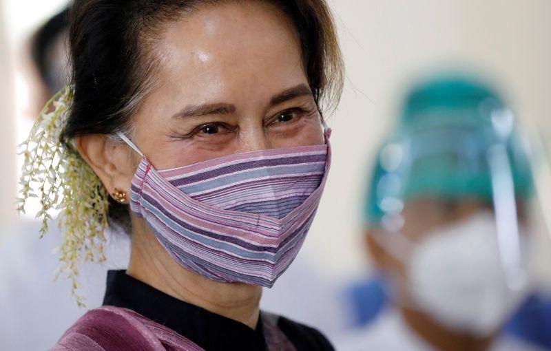 Imagen de archivo de la consejera estatal de Myanmar Aung San Suu Kyi visitando un hospital donde los trabajadores médicos están siendo inoculados con la vacuna COVISHIELD de AstraZeneca en Naypyitaw, Myanmar. 27 enero 2021. REUTERS/Thar Byaw