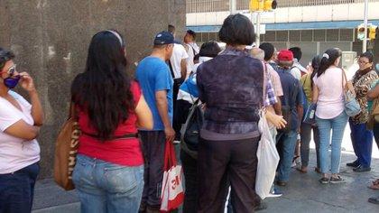 La policía ordenó las filas y trató de mantener la distancia entre las personas (Infobae)