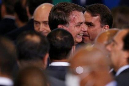 Nuevamente, sin cumplir con ninguno de los protocolos sanitarios contra el COVID-19, Jair Bolsonaro sonríe junto a sus ministros en la ceremonia de jura de Andre Luiz de Almeida Mendonca, el pasado 29 de abril 2020. REUTERS/Ueslei Marcelino
