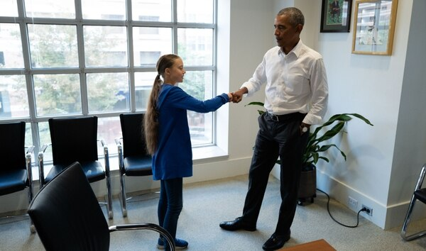 Una de las actividades que mantiene Obama desde que dejó el poder es la lucha contra el cambio climático. En ese contexto se reunió con la activista sueca Greta Thunberg el 16 de septiembre de 2019 (Foto de - / fuentes diversas / AFP)