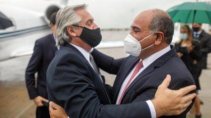 El presidente Alberto Fernández saluda al gobernador de Tucumán, Juan Manzur, al arribar a Tucumán (Foto: Presidencia)