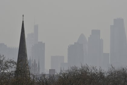 La contaminación oscurece el cielo sobre el distrito financiero de Londres (REUTERS/Toby Melville/archivo)