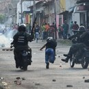 Venezuelan national guards clash with demonstrators at the border town of Ureña after Maduro´s government ordered to temporary close down the border with Colombia on February 23, 2019. - Venezuela braced for a showdown between the military and regime opponents at the Colombian border on Saturday, when self-declared acting president Juan Guaido has vowed humanitarian aid would enter his country despite a blockade (Photo by JUAN BARRETO / AFP)