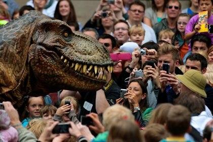 Visitantes fotografían un tiranosaurio rex animatrónico en la reapertura del Museo Nacional de Escocia en Edimburgo, Escocia (Reuters)