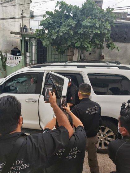 La periodista adjuntó esta imagen del momento de su detención en su mensaje (Foto: Twitter/lydiacachosi)