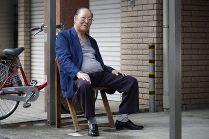 Kaoru Ishiyama, un jubilado de 82 años, posa para una fotografía fuera de una clínica ortopédica en Kawasaki, en la prefectura de Kanagawa, el 11 de julio de 2014 (Bloomberg)