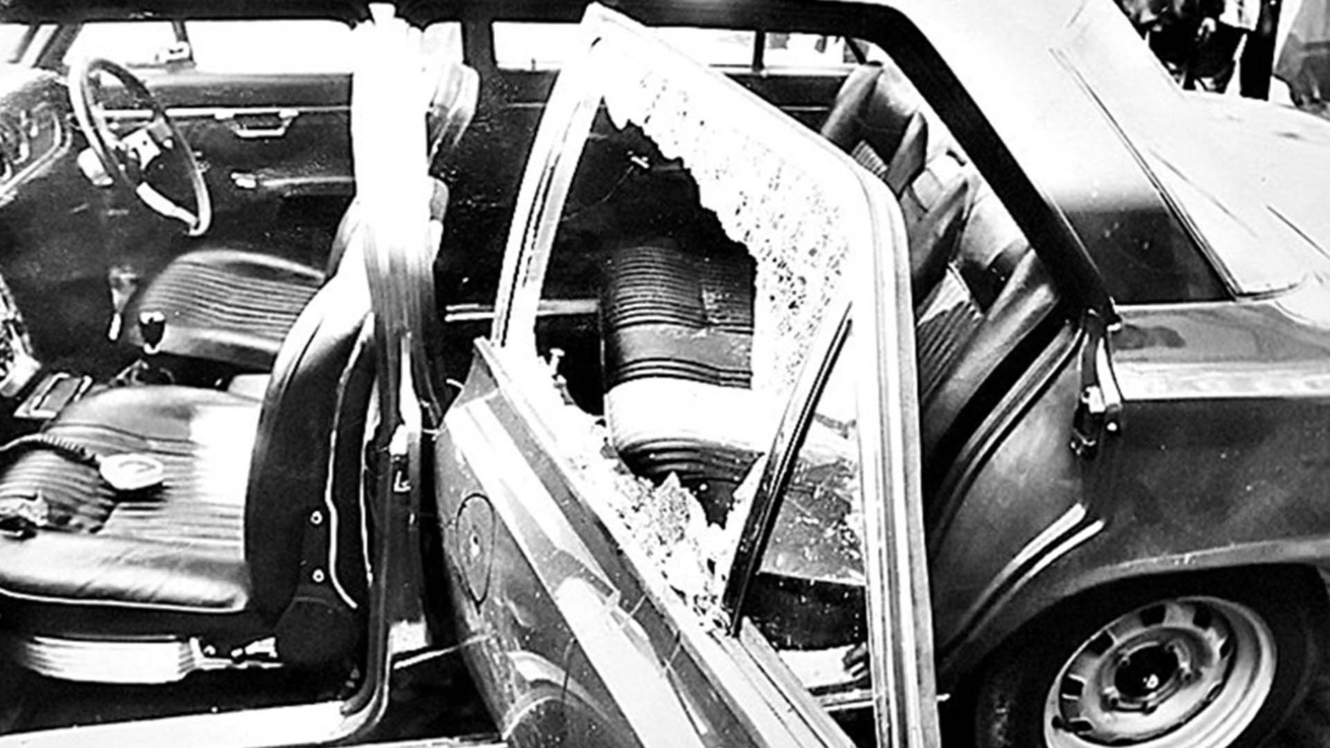 El automóvil que debía llevar a Rucci, destrozado.