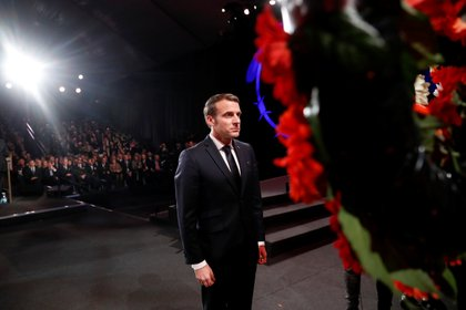 """El presidente francés Emmanuel Macron, frente a las coronas de flores. Durante su discurso, dijo que """"la oscura sombra del antisemitismo está reviviendo"""" y aseguró que """"Francia no lo aceptará"""". """"Mi determinación a actuar es total"""", agregó. Foto: Ronen Zvulun/REUTERS"""